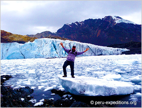 Peru: Bus-Tour Hiking Puyaraimondi (4300 m) and Glacier Pastoruri (5000 m)